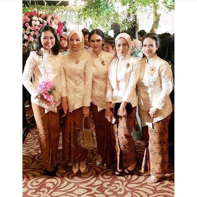 Instead of the usual kutubaru kebaya, why not dress your bridesmaids with sorjan? In the picture are #lytaandrew's bridesmaids wrapped in an ivory colored sorjan, creating a clean yet elegant look. Who wants something like this for their wedding? Hands up!  Photo via @andrikanadia  Follow our sister accounts for daily wedding inspirations:  @thebridestory  @thewedlist  @weddingdream  @styleweddings