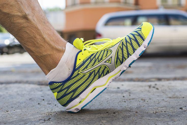 Mizuno Wave Hitogami 4 to but startowy przeznaczony dla osób z neutralnym typem stopy.