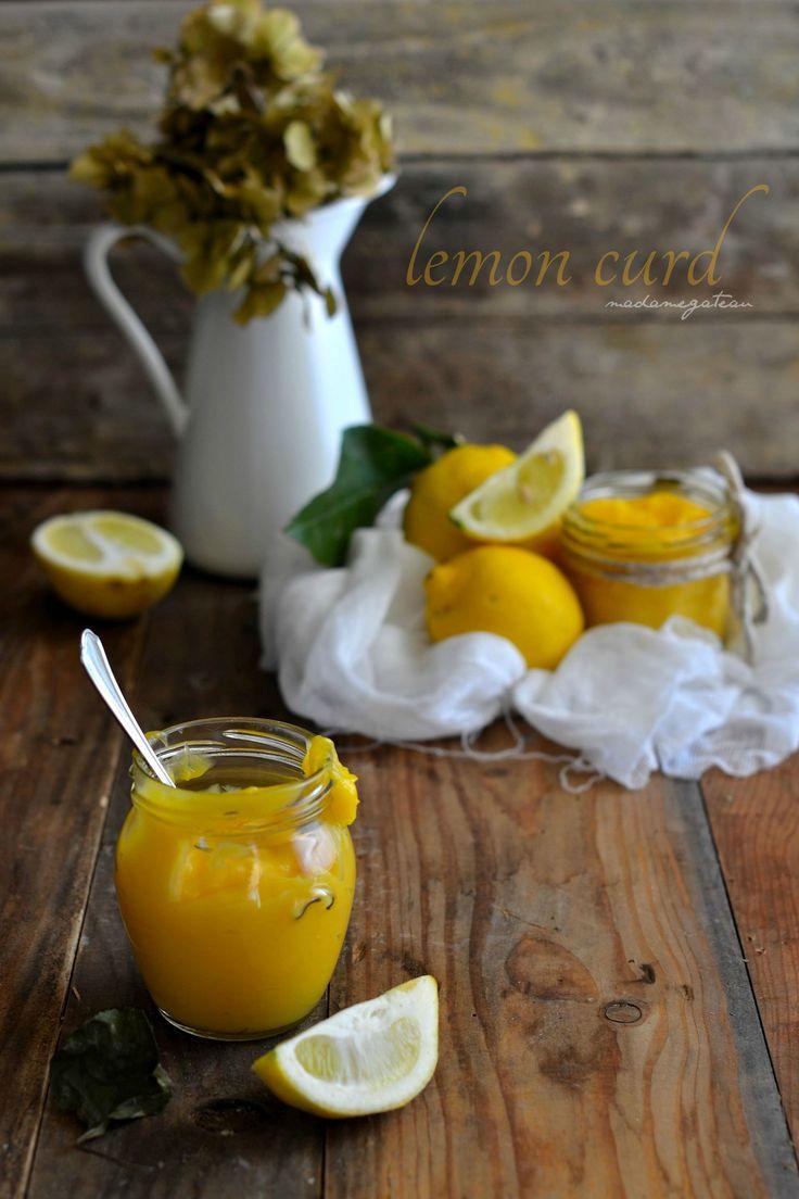 Il Lemon curd è una crema inglese a base di succo e zeste di limoni di origine anglosassone, dalla consistenza vellutata e densa. Molteplici le sue funzioni, una crema adatta per farcire crostate, biscotti, basi soffici, da spalmare sul pane o utilizzata per guarnire torte
