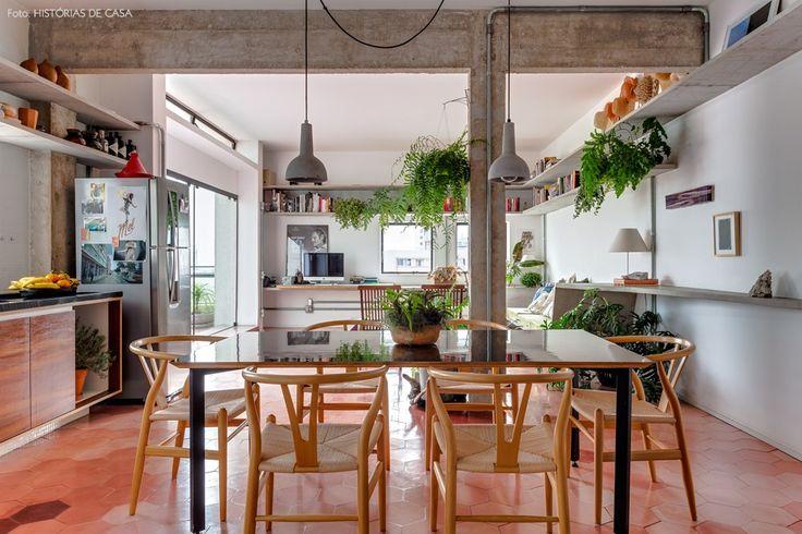 Sala de jantar com piso de ladrilho hidráulico e mesa com cadeiras wishbone.