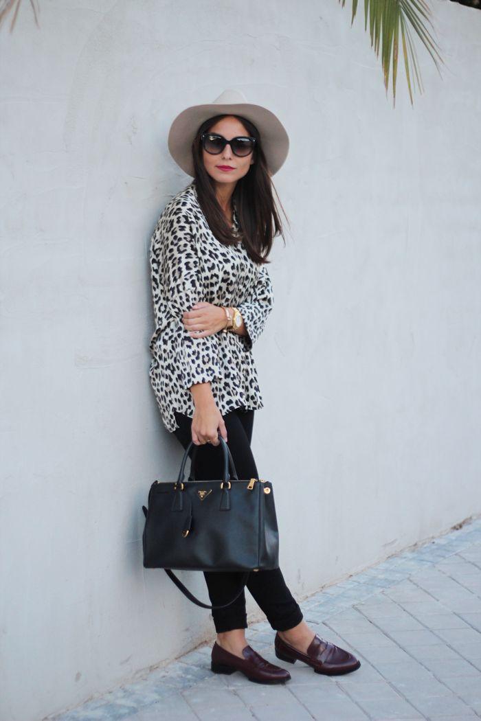 Camisa de leopardo y mocasines granates