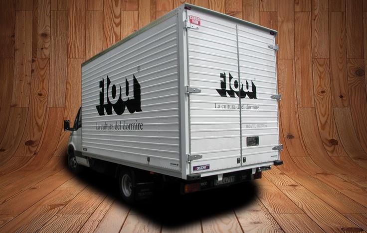 Decorazione furgone centinato per Flou azienda produzione divani e letti,realizzata con particolare decorazione vinilica tramite adesivi conformabili e termoformanti specifici per applicazione su parti rivettate.  www.guidoborgonovo.it