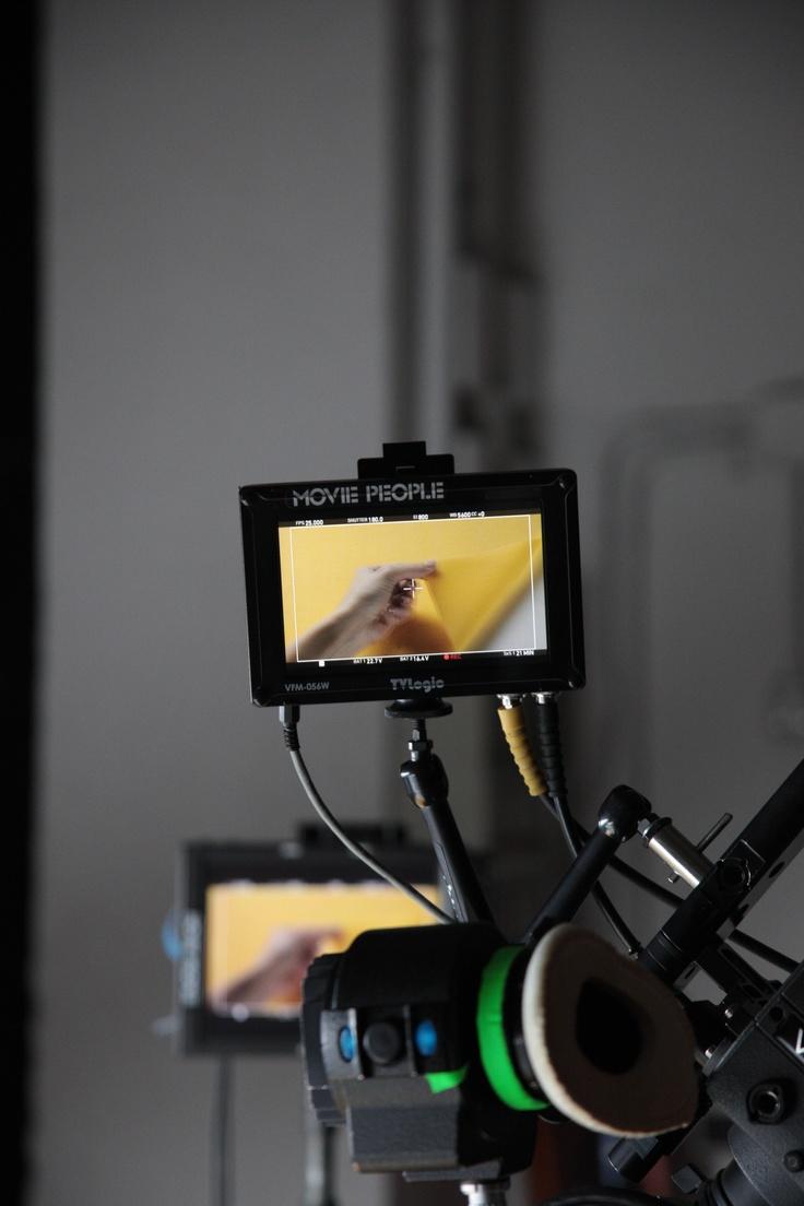 """Curiosando nel display della telecamera... La manista all'opera per il nuovo spot TV di Luciana Mosconi: """"La sfoglia è tutto. Non pressiamola"""". #pasta #backstage #spot"""