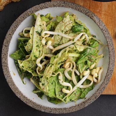 Den här salladen med sesampasten tahini, böngroddar och kinakål blir ett fräscht tillbehör till wok, soppa ris- och nudelrätter eller lite vad som helst. Japansk soja och risvinäger förstärker den asiatiska smaken. Välj färska böngroddar för bästa resultat.