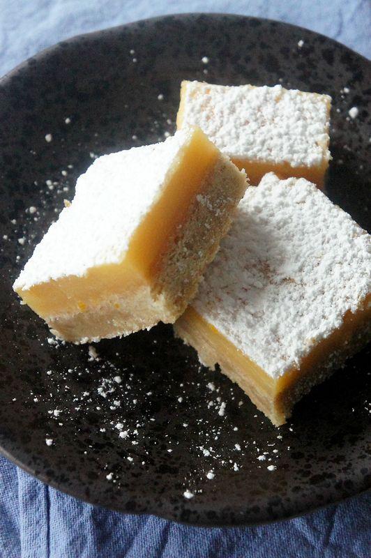 Le Velouté de Lentilles Corail a squatté ici pendant plusieurs semaines !! Vite, une nouvelle recette 🙂 Je vous propose celle des Carrés au Citron, un classique qui a défrayé la chronique au début des années blog cuisine, soit en 2007 …. 🙂 Une petite bombe délicieuse, bien citronnée et facile à faire : Ingrédients (pour un moule carré ou rond de 20 cm) : La base sablée : – 125 g de beurre mou, – 40 g de sucre glace, – 150 g de farine (j'ai mis semi-complète). La crème au citron : – 3…