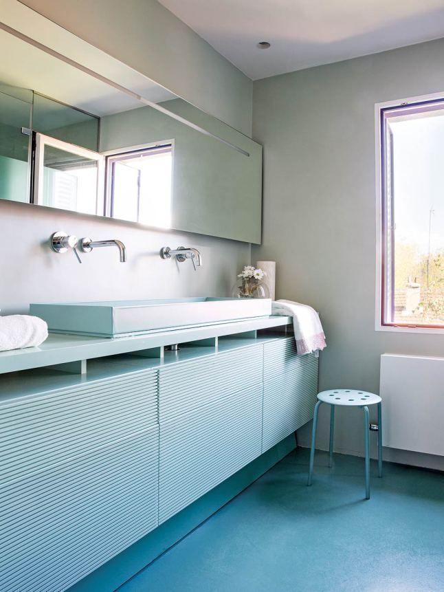 В ванной зеркало и тумбочка под умывальником проходят вдоль всей стены. Цвет тумбочки повторяет цвет пола.  (архитектура,дизайн,экстерьер,интерьер,дизайн интерьера,мебель,минимализм,ванна,санузел,душ,туалет,дизайн ванной,интерьер ванной,сантехника,кафель,современный) .