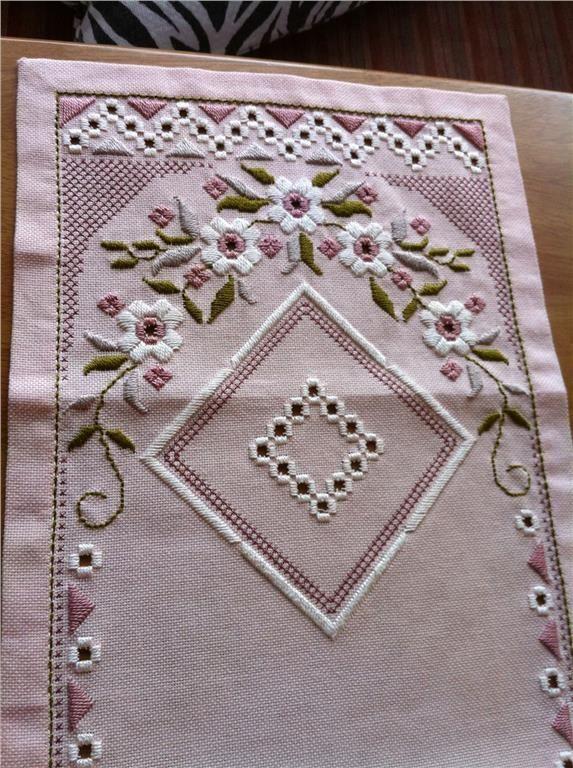 Söt löpare i hardanger 70 x 26,5 cm legat i ett linneskåp på Tradera.com
