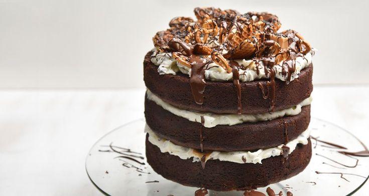 Τούρτα σοκολάτα καραμέλα από τον Άκη Πετρετζίκη. Φτιάξτε τριόροφη τούρτα με παντεσπάνι, βουτυρόκρεμα και καραμέλα! Ιδανική τούρτα για παιδικό πάρτυ γενεθλίων!