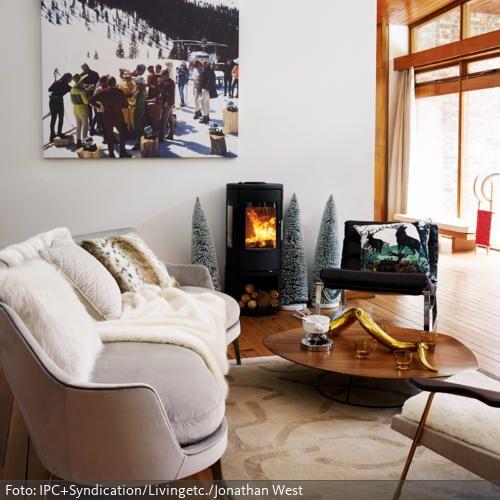 Das Winterliche Wandbild, Der Kamin, Die Deko Tannen Und Das Schaffell  Vermitteln Winter