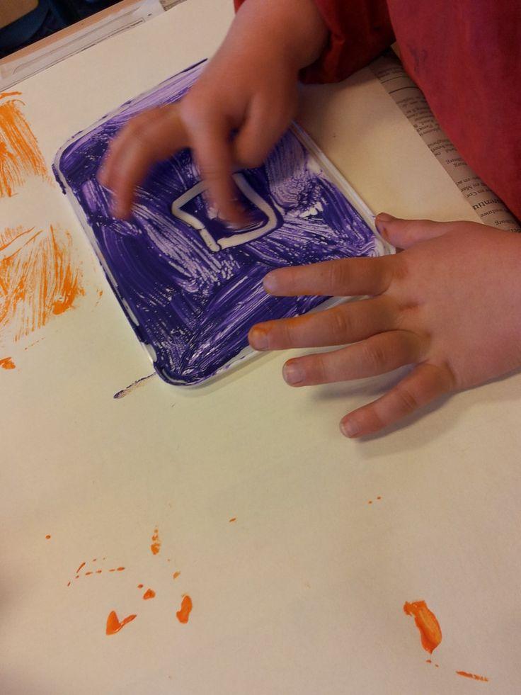 kleuters laten schilderen op deksels van ijsdoos en dan laten afdrukken op groot papier. heel leuk resultaat.