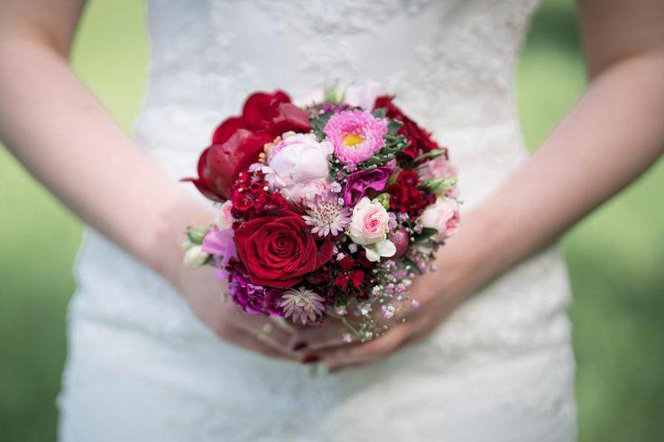 Ein kleiner Brautstrauß in dunkelrot und etwas lila.  Foto: Brigitte Foysi