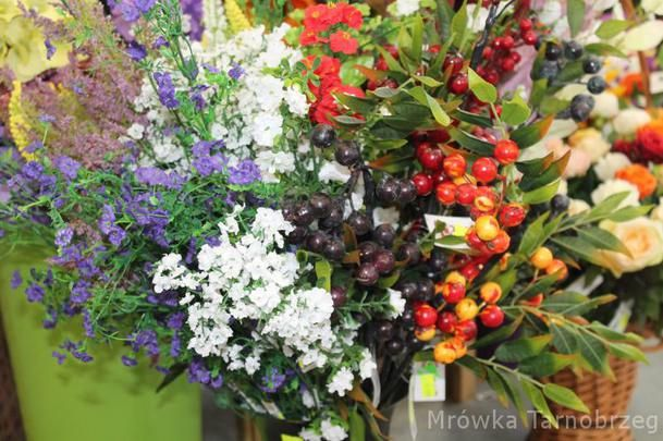 - Znicze i kwiaty