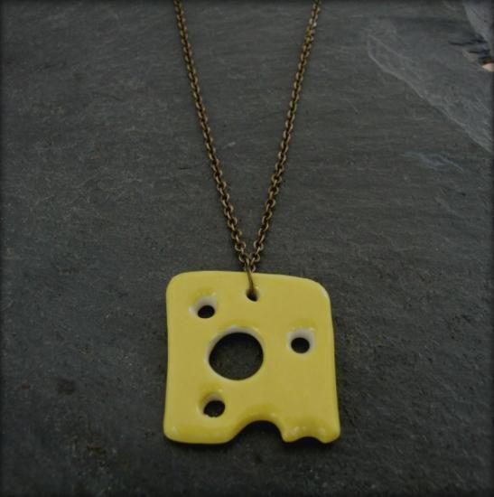 Collar de cerámica hecho a mano. Diseño original. Cada collar tiene su propio trozo de queso, aunque todos son ricos quesos, cada uno es único. El tamaño del queso es de 3 cm. y el largo del collar es de 28 cm.