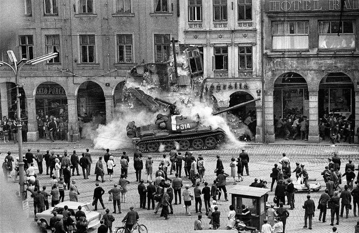 CZ AKTUÁLNĚ (DIES IRAE): Russian tank crashes into a building in the town o...