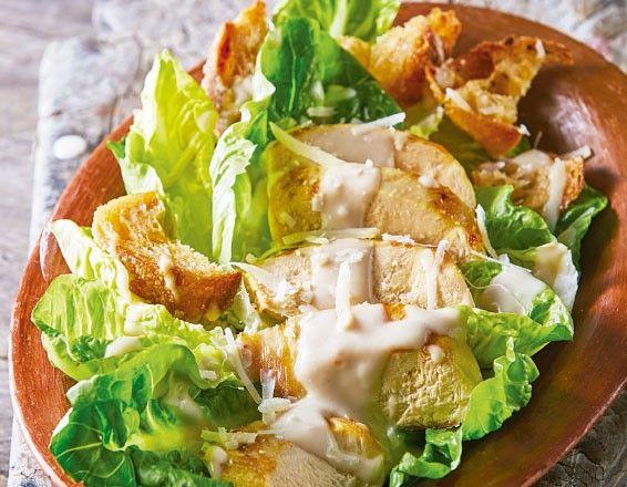 Disfruta hoy de una sencilla y rica ensalada césar con pollo. Esto es lo que necesitas.