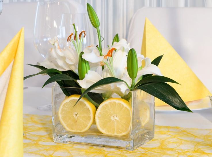 Glasvase mit fruchtigen zitronen als zauberhaftes deko for Pinterest hochzeitsdeko
