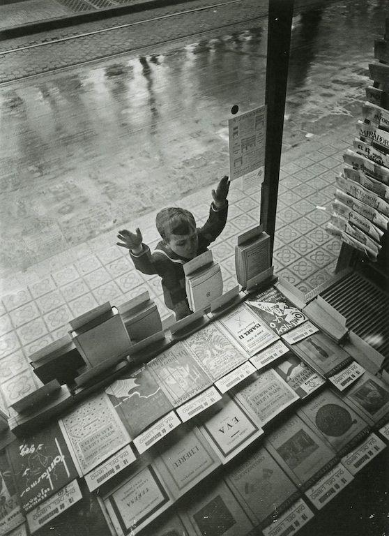 Día del libro, Barcelona (Book Day, Barcelona) by Gabriel Casas, 1932 Collection: Arxiu Nacional de Catalunya