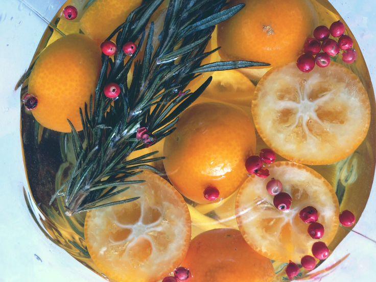【サングリア白】キンカン、レモン、桃、パイン、レーズン、ドライマンゴー、ドライいちじく、ローズマリー、ピンクペッパー、アマレット