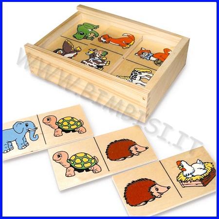 DOMINO DEGLI ANIMALI    La scatola in legno contiene 20 coloratissime tessere (cm 6 x 12) che raffigurano animali.  Il bambino dovrà abbinare le tessere sulle quali appare la stessa immagine.