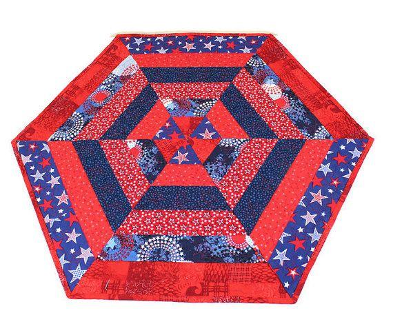Net op tijd voor de 4de juli! Dit is een dramatische zeshoek patriottische tabel Runner Quilt of kaars Mat. Het is allemaal in rood wit en blauw en geladen met sterren zowel voorzijde en achterzijde.  Deze Topper van de tabel in de vorm van een zeshoek ziet er geweldig uit op elke vlakke ondergrond in juli of hele zomer, of voor elke patriottische vakantie. De rug is een wonderfulwhite afdrukken met Logboeken van de sterren, en de binding is een donker blauwe print.  GROOTTE: 25-inch breed…