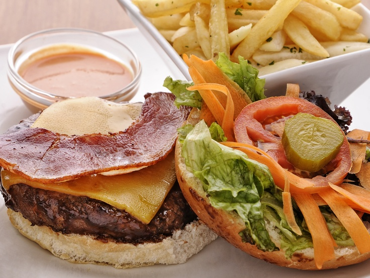 Tuck in to a beef, ostrich, chicken or vegetarian Windsor burger with crispy bacon and cheddar cheese