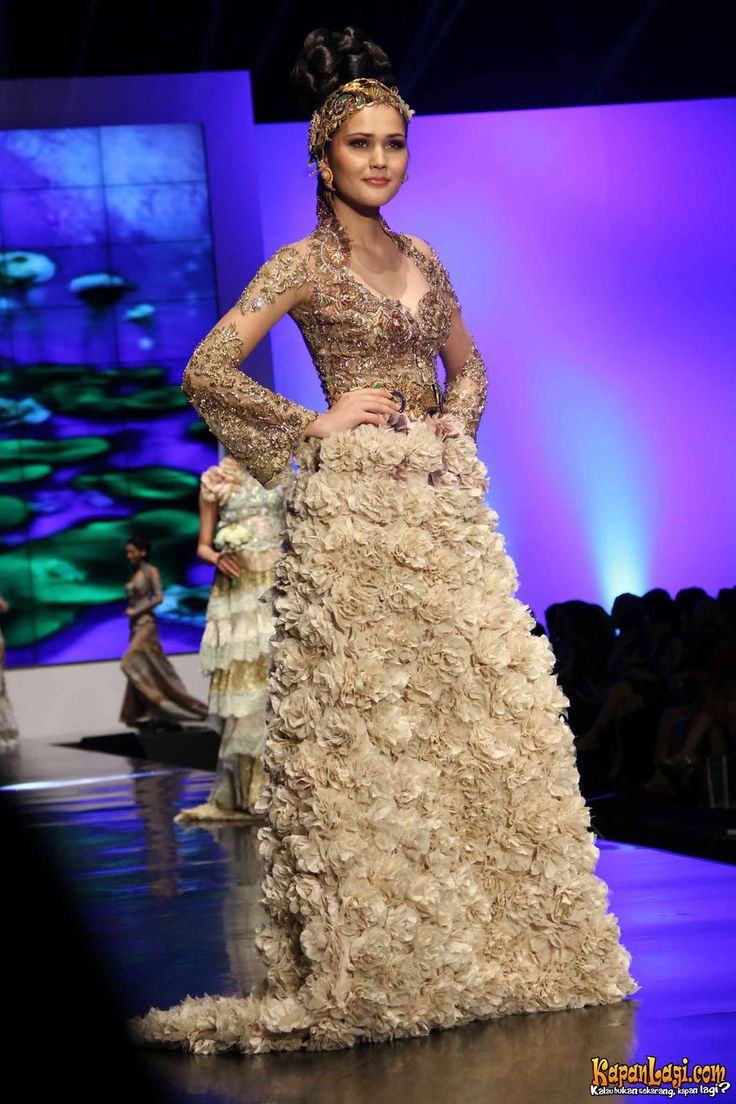 Kebaya modifikasi gaun rancangan Anne Avantie dengan aksen feather di Indonesia Fashion Week 2012, Jakarta