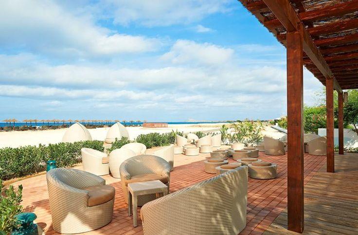Sol Dunas Resort is de luxe variant op een zonvakantie in Kaapverdië. Met 5 zwembaden voelt iedere waterfan zich hier thuis. Dit resort bij gezellig Santa Maria is gróóts, zowel in opzet als in service. Showcooking in het restaurant, gezelligheid aan de bar, films voor de tieners en glijbanen voor de mini's, maar ook volop rustige plekjes om je boek uit te lezen; hier vermaakt iedereen zich prima. Met golfkarretjes en een big smile rijdt chauffeur João je van de moderne kamer of Family…