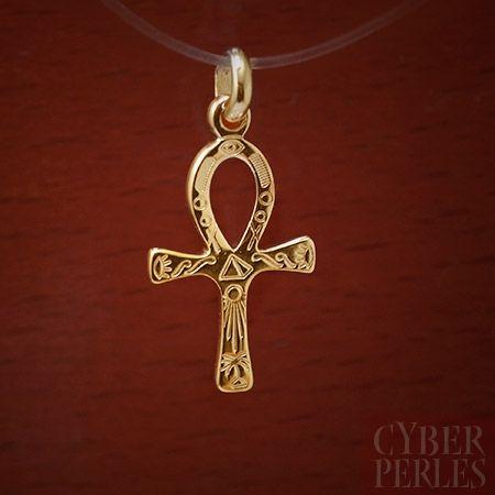 Pendentif croix ansée gravée - plaque or monté sur chaîne plaqué or ou en argent - L'ânkh ou croix ansée est le hiéroglyphe égyptien représentant le mot vie. C'est un attribut des dieux égyptiens qui peuvent le tenir par la boucle, ou en porter un dans chaque main, les bras croisés sur la poitrine. Ce symbole était appelé crux ansata en latin (« croix ansée »). Plaqué or garanti 10 ans, poinçonné.