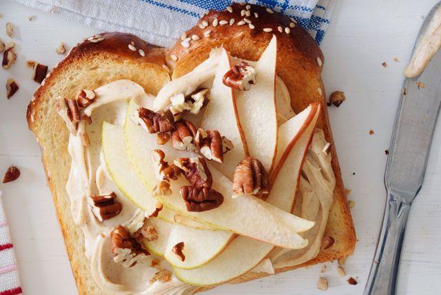 Vous cherchez une recette de tartinade facile à faire pour vos rôties, mais assez bonne pour les occasions spéciales? Ne cherchez plus! Cette délicieuse tartinade sucrée contient, en plus du fromage à la crème à la cannelle et à la cassonade, de la poire et des pacanes.