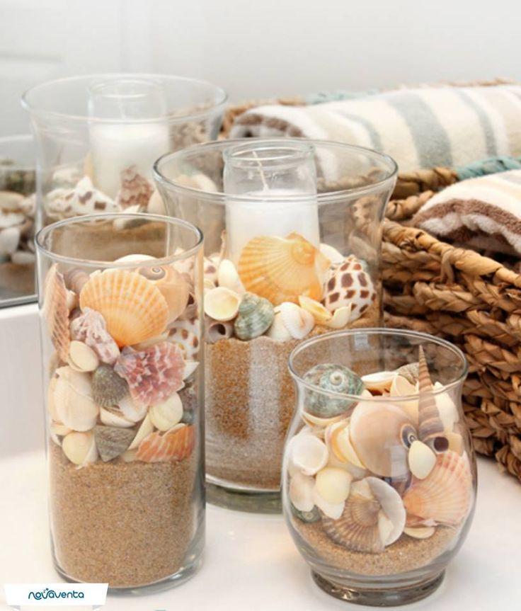¿Estuviste de vacaciones en la playa y pasaste tiempo con tus pequeños recogiendo conchas? Mira esta gran idea que puedes realizar en casa  Necesitas: varios jarrones de vidrio, velas blancas, arena y conchas. Pon la vela en el jarrón y llénalo con arena. Agrega las conchas alrededor. Guíate por la imagen y realízalo, ¡es muy sencillo!