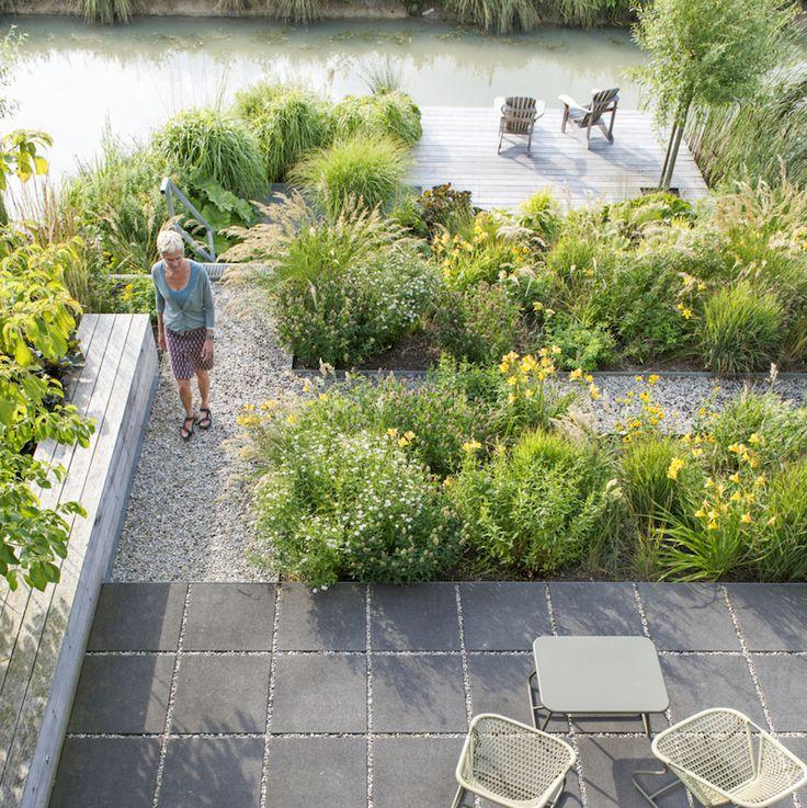 Het onkruid stond huizenhoog toen ontwerper Jeanne van Rijs aan deze poldertuin begon, maar ze ging de uitdaging graag aan. Nu is het een heerlijke plek aan de sloot, tussen...
