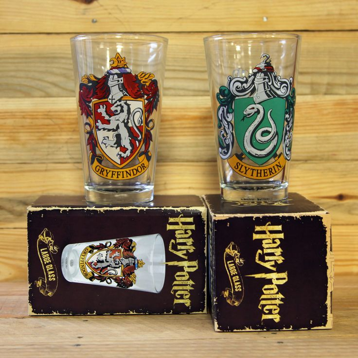 Si te gustaron las películas o pasastes incontables horas leyendo los libros del universo de Harry Potter, te encantará tener estos dos vasos altos de las casas más famosas de Hogwarts: Gryffindor y Slytherin.  Hemos creado este pack para que los amantes de este mundo de fantasía puedan adquirir los dos vasos a mejor precio que si los compraran por separado. Si adquieres este pack, te ahorrarás un 10% respecto a comprarlos de forma individual