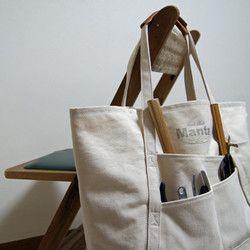 We'll bring you our products only made by hand work from a small room. 私たちは小さな部屋から手作りだけをお届けします。.大きいバッグが2つと小さいバッグが1つ 3つのバッグがくっついているデザインです 上部のみ縫いとめているのでゆるっとした感じです ズラしてくっつけているので肩にかけると面白い形になります.小さいバッグはスナップボタンが付いてます 薄手の素材なのでとても軽いです 小さく畳んで携帯するにも便利です ストラップは好きな長さに結んで色んな持ち方が出来ます.▽サイズ 大きいバッグ → 横:約330mm × 縦:約400mm(最長) 約250mm(最短)      小さいバッグ → 横:約200mm × 縦:約230mm(最長) 約150mm(最短)      ストラップ:約900mm▽素材  綿100%▽色   生成り