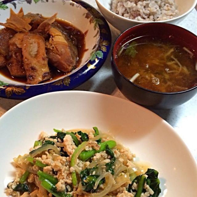 煮魚はお昼の残り。 カルシウムと食物繊維をとりましょう。 - 8件のもぐもぐ - ご飯、三つ葉と切り干し大根の味噌汁、煮魚、小松菜とひき肉の炒め物 by りさ