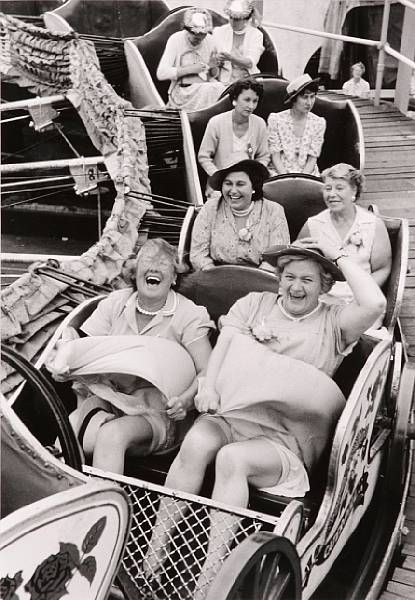 photo noir et blanc : fête foraine, manège
