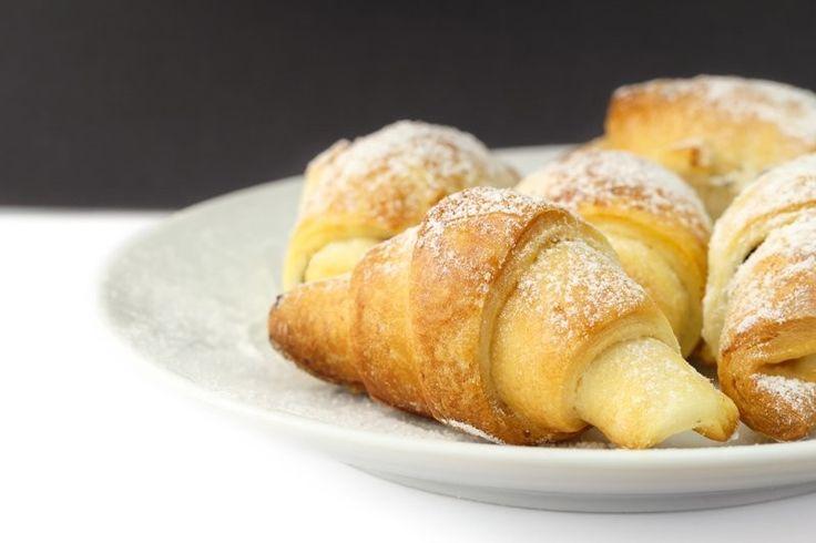 I cornetti fatti in casa senza burro sono una variante soffice e più leggera dei croissant classici del bar. Ecco la ricetta