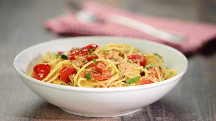 Ricetta Spaghetti con tonno e pomodorini: Spaghetti con tonno e pomodorini, ovvero il classico estivo particolarmente sfruttato quando la dispensa piange! Un primo piatto fresco e leggero che si adatta bene a qualsiasi occasione, anche un auto-invito dell