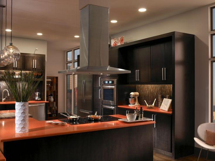 Une vue d'une cuisine avec un îlot et vue sur la hotte