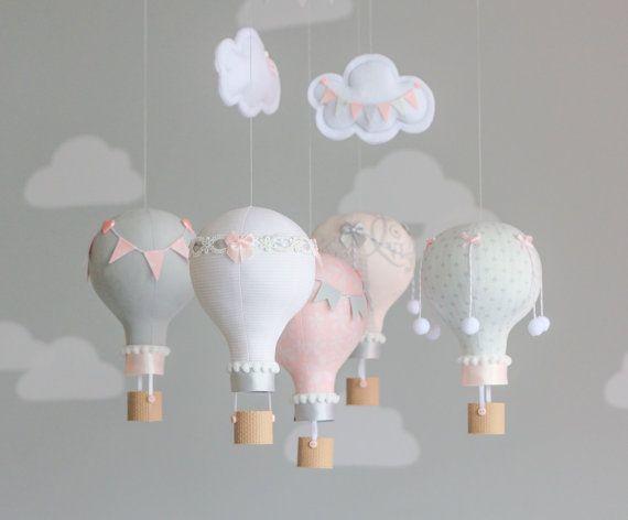 Un mobile bébé de ballons à air chaud dans le décor de pépinière rose et gris. Parfait pour une pépinière de thème de voyage. Nom personnalisé sur le nuage (peut être ajouté maintenant ou plus tard gratuitement * aux États-Unis clients seulement - voir note ci-dessous). Chaque petit ballon est créé à partir de coordonner les tissus, ornées de petits embellissements. Arcs peu sont fabriquée à partir de rubans de satin Français à la main. Petits pompons sont enfilées sur correspondance bakers…