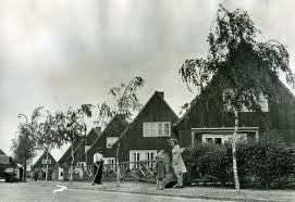 Pulsersstraat in Uden. Het waren geprefabriceerde houten huizen die in onderdelen vanuit Oostenrijk aan Nederland werden geleverd.