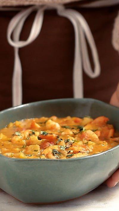 Receita com instruções em vídeo: Esta receita de bobó de camarão fica super cremosa e gostosa. Ingredientes: Óleo para refogar, 1kg de camarão limpo, sal a gosto, 1 cebola picada, 2 dentes de alho picados, 1 colher de chá de gengibre picado, 1 pimentão amarelo picado, 1 lata (400g) de tomate pelado, 200ml de leite de coco, 300ml de caldo de camarão, 500g de aipim cozido e amassado, 2 colheres de sopa de óleo de dendê, 2 pimentas dedo de moça picadas sem semente, ½ maço de coentro picado