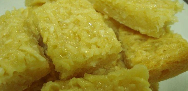 1 kg de mandioca ralada  - 2 xícaras de açúcar  - 2 colheres de margarina ou manteiga  - 3 ovos  - 1 pacotinho de coco ralado  - 1 leite de coco  - 1 leite condensado  - 1 pitada de sal  - 1 colher de fermento em pó  -