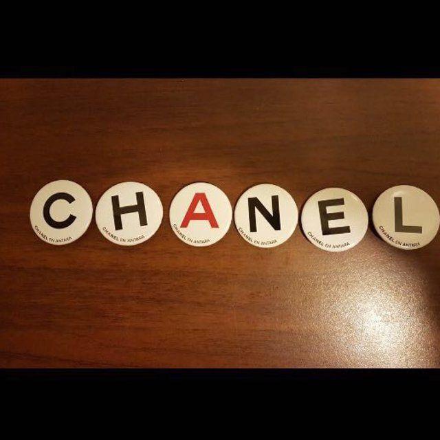 """""""Quando le parole sono sincere e gentili possono cambiare il mondo"""". (Buddha) Spille gift Chanel #vantovintage #negoziovintage #paganivintage #viacomunaleamalfitana #modavintagepagani #secondhand #moda #shopping #idearegalo #vantopagani #estate"""