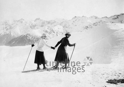 Zwei Frauen beim Skilaufen ullstein bild - ullstein bild/Timeline Images #1922 #Skifahren #Ski #Skiing #Alpen #Berge #Winter #Sport #Nostalgie #Mode #Fashion