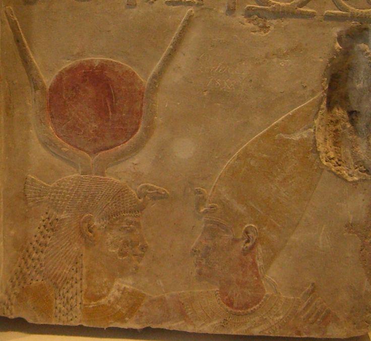 Avvoltoio: era la tipica corona delle regine e veniva raffigurato con le ali aperte. Sopra poteva essere posta un'ulteriore corona con il disco solare, due alte piume di struzzo e, qualche volta, anche l'ureo. Questa corona era portata anche dalle dee.