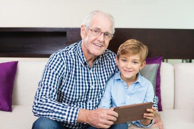 alegre unión abuelo looking marco Foto Gratis