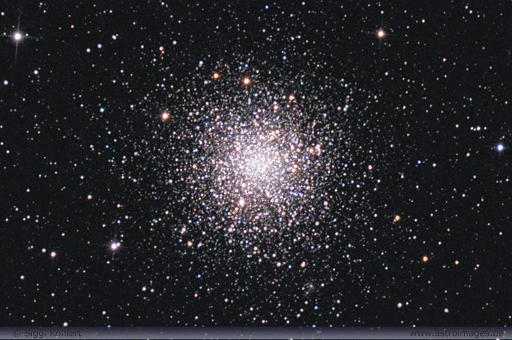 """El Cúmulo globular M12 (también conocido como Objeto Messier 12, Messier 12, M12 o NGC 6218) es un cúmulo globular de la constelación de Ofiuco. Fue descubierto por Charles Messier el 30 de mayo de 1764, quien lo describió como una """"nebulosa sin estrellas"""". Es casi un gemelo de su vecino M10 aunque ligeramente de mayores dimensiones y más débil en cuanto luminosidad. En noches oscuras se puede ver vagamente este cúmulo haciendo uso de unos prismáticos."""