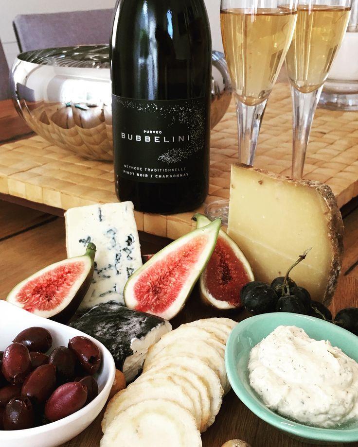 Yes, delish! #cheeseplatter #cheese #bubbles #australiansparkling #bubbelini #toastthemoment