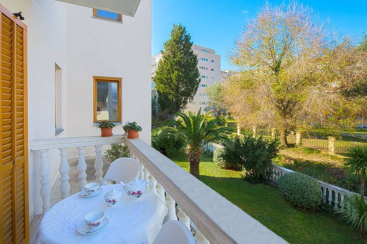 Maison à Budva, Monténégro. Visiting Budva we can offer you right place to stay, 10 minutes walk to the beach from the accommodation. Our Apartment is consist of living room, bedroom, kitchen, bathroom and 2 balcony.  It also has:  -everything for cooking at home -fridge -ai...