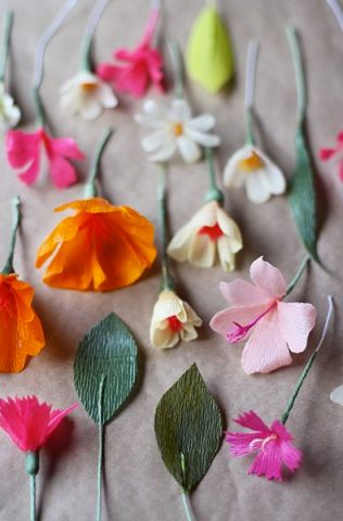 DIY crepe paper flowers - make your own paper flower crown with these pretty crepe paper flowers